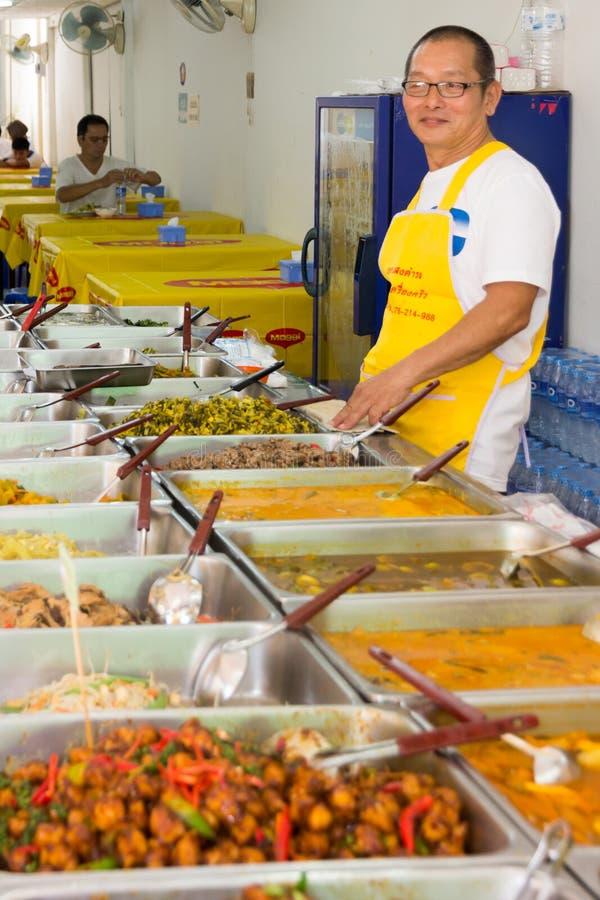 Hombre que sirve la comida vegetariana en el festival vegetariano anual de Phuket, PHuket, Tailandia fotografía de archivo