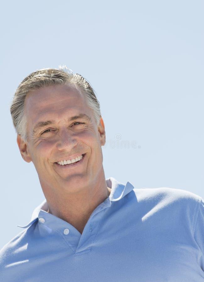 Hombre que sonríe contra el cielo claro fotos de archivo libres de regalías