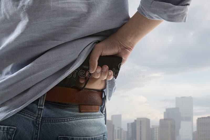Hombre que sostiene el arma imágenes de archivo libres de regalías