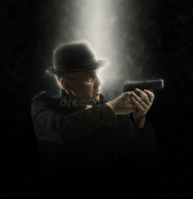 Hombre que sostiene el arma Foco suave fotografía de archivo libre de regalías