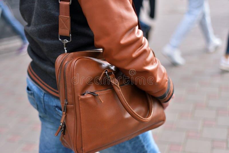 Hombre que sostiene el bolso de cuero en su hombro fotografía de archivo libre de regalías
