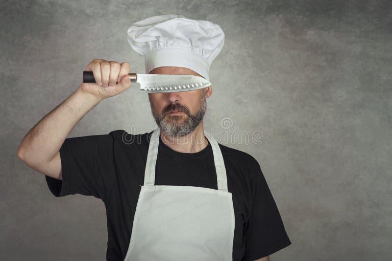 Hombre que sostiene el cuchillo foto de archivo libre de regalías