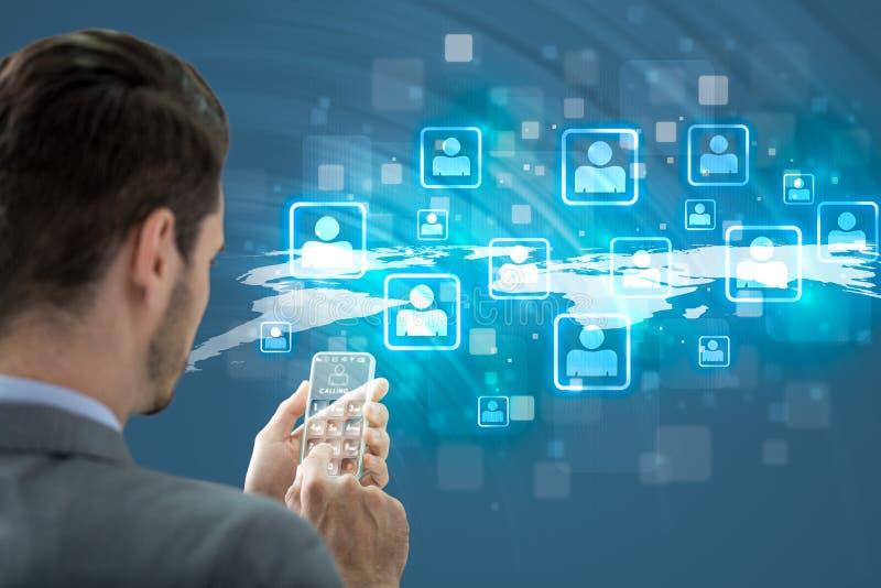Hombre que sostiene el teléfono elegante futurista y que llama a sus amigos foto de archivo