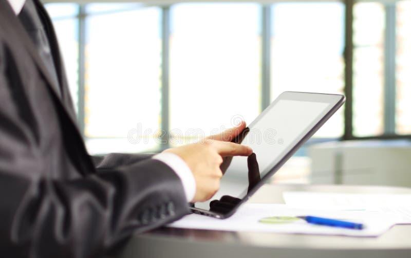 Hombre que sostiene la tableta de Digitaces fotografía de archivo libre de regalías