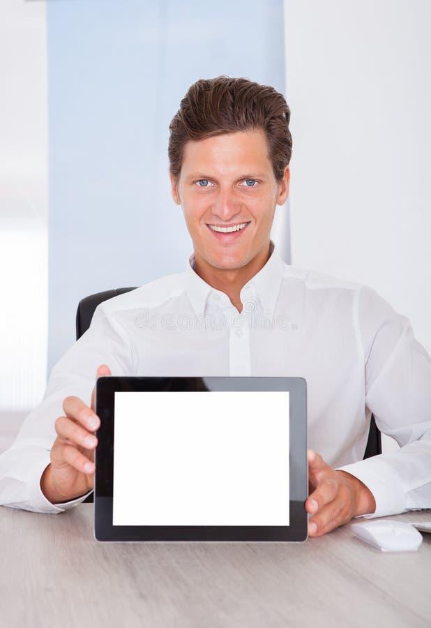 Hombre que sostiene la tableta de Digitaces imagenes de archivo