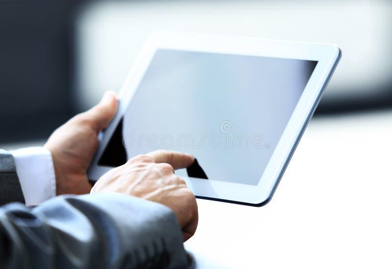 Hombre que sostiene la tableta de Digitaces fotografía de archivo