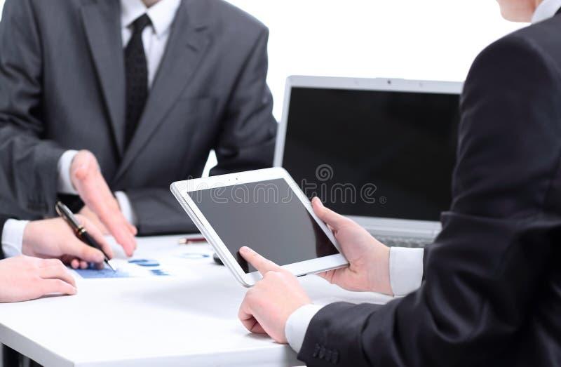 Hombre que sostiene la tableta digital imagen de archivo