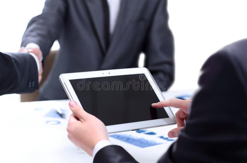 Hombre que sostiene la tableta digital imágenes de archivo libres de regalías