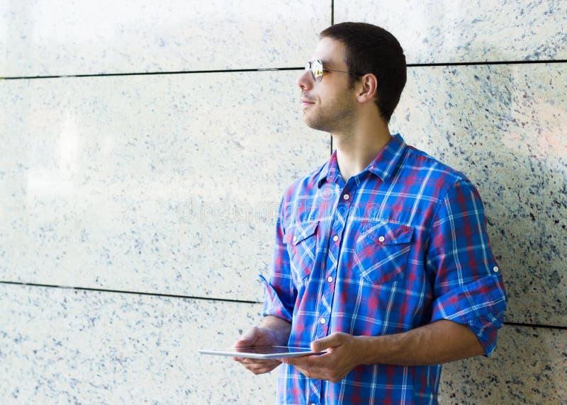 Hombre que sostiene la tableta digital fotos de archivo libres de regalías