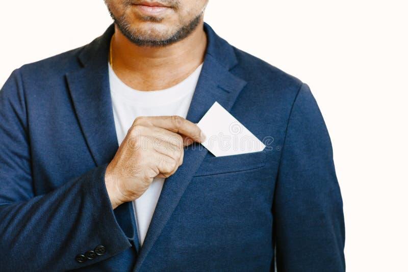 Hombre que sostiene la tarjeta de visita blanca foto de archivo libre de regalías