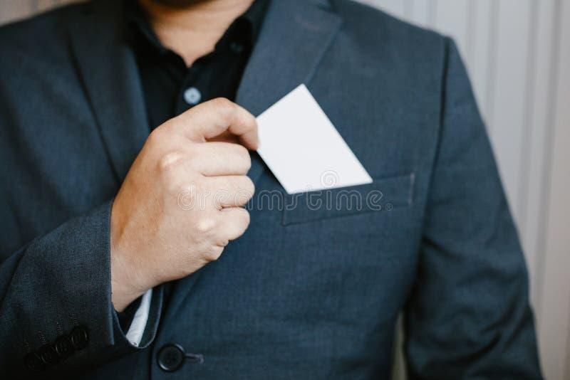 Hombre que sostiene la tarjeta de visita blanca fotos de archivo libres de regalías