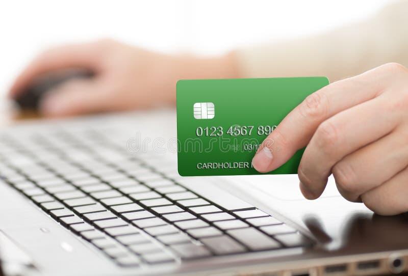 Hombre que sostiene la tarjeta verde del pago fotos de archivo libres de regalías