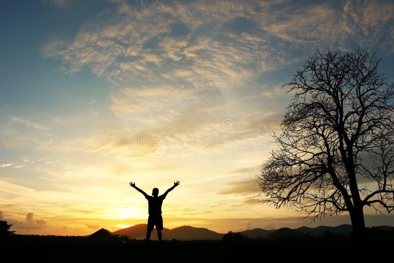 Hombre que sostiene los brazos para arriba en alabanza foto de archivo libre de regalías