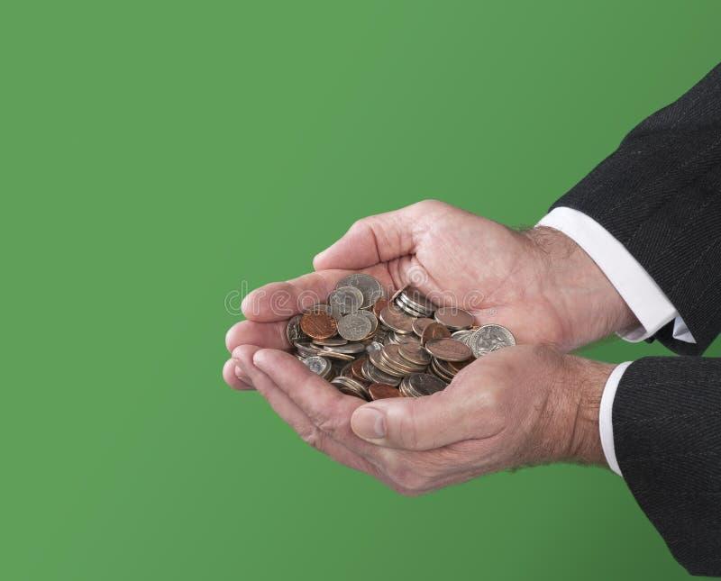 Hombre que sostiene monedas imagen de archivo libre de regalías
