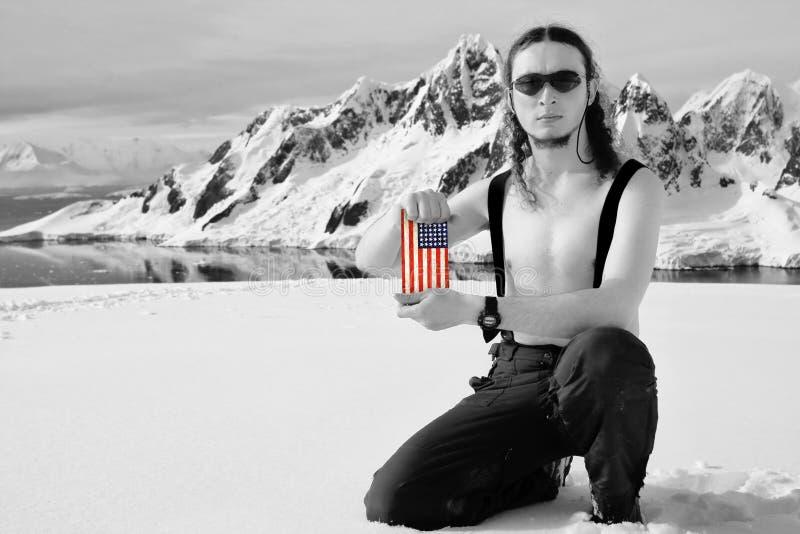 Hombre que sostiene un indicador de los E.E.U.U. fotos de archivo