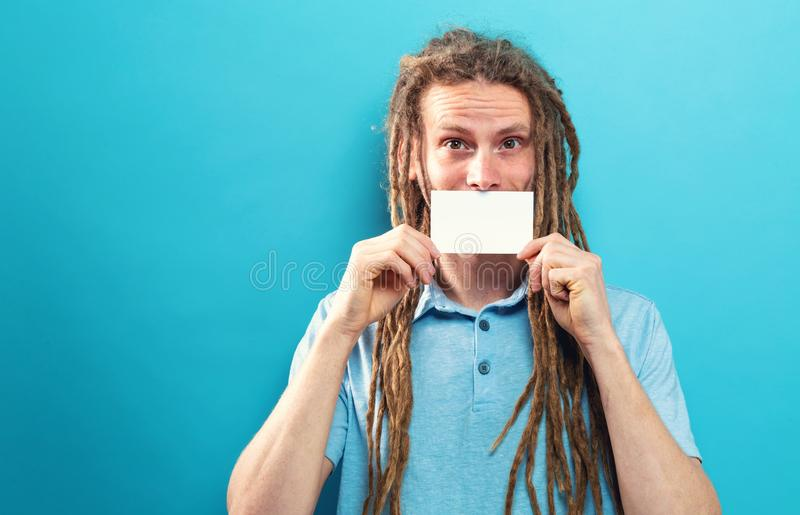 Hombre que sostiene una tarjeta en blanco del mensaje imagen de archivo