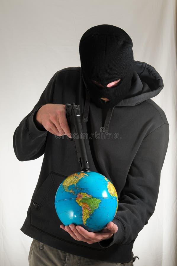 Hombre que sostiene una tierra del globo foto de archivo