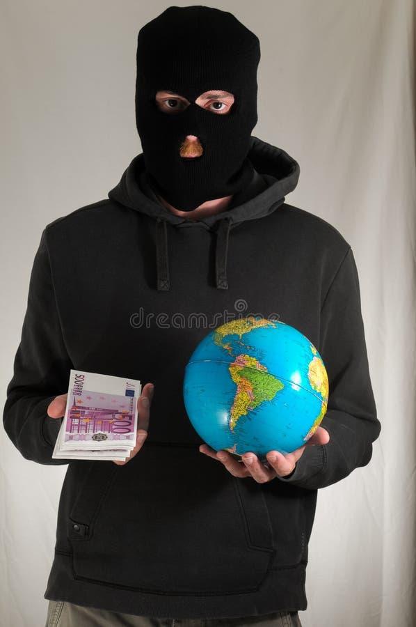 Hombre que sostiene una tierra del globo imagen de archivo