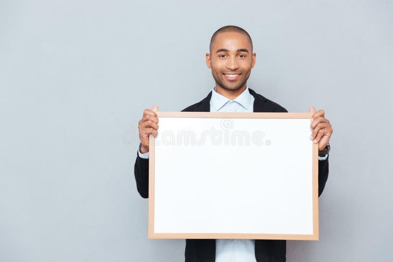 Hombre que sostiene whiteboard foto de archivo libre de regalías