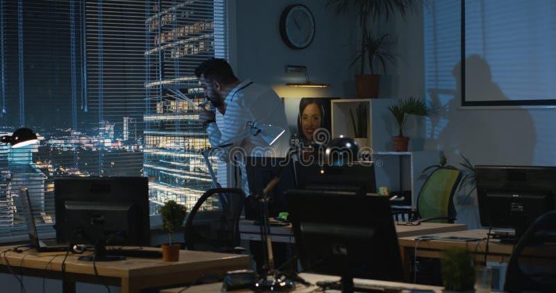 Hombre que suelta los nervios mientras que llama por tel?fono imagen de archivo