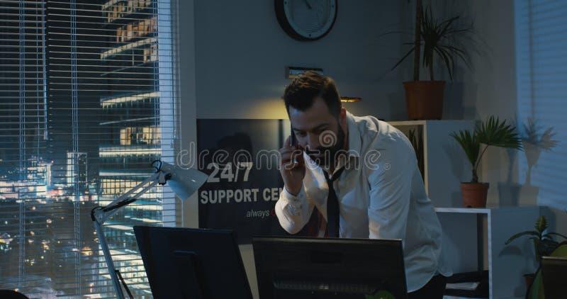 Hombre que suelta los nervios mientras que llama por tel?fono imágenes de archivo libres de regalías
