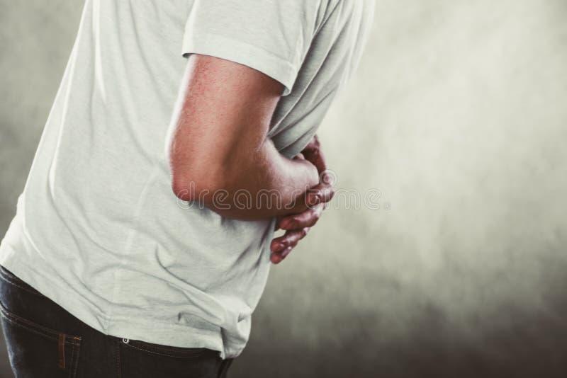 Hombre que sufre de dolor abdominal del dolor de estómago fotos de archivo libres de regalías