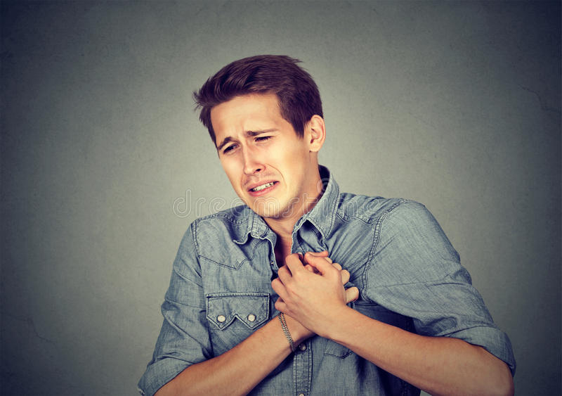 Hombre que sufre de dolor del corazón fotos de archivo