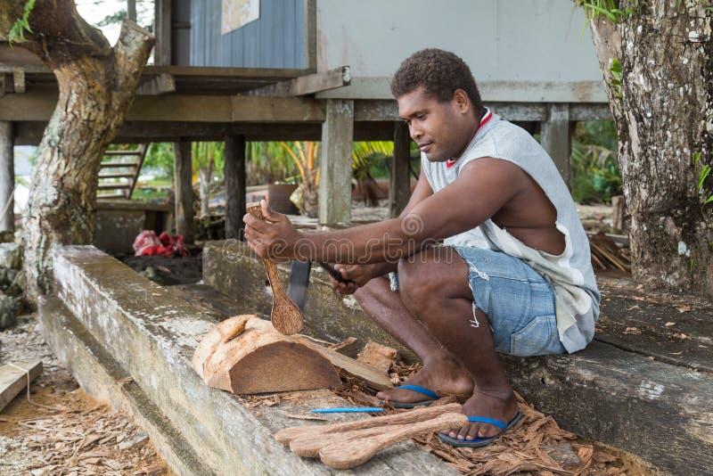 Hombre que talla la madera fotografía de archivo