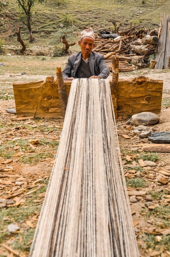 Hombre que teje en Nepal fotografía de archivo