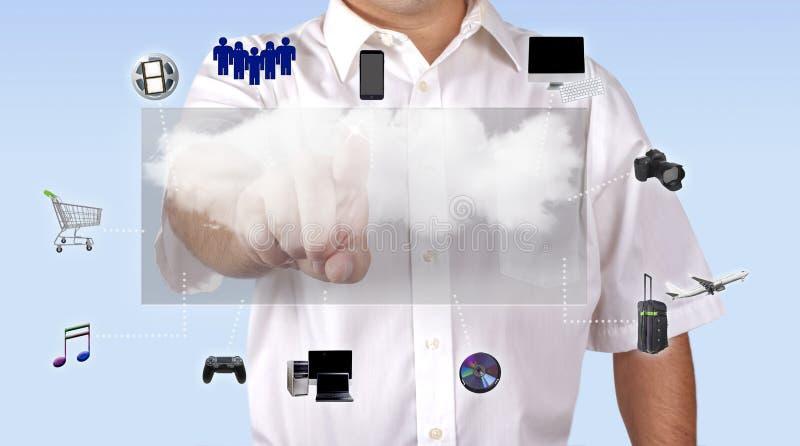 Hombre que tiene acceso al medios contenido con la computación de la nube imagenes de archivo