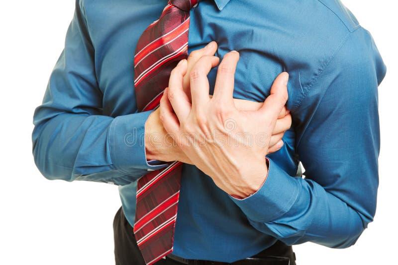 Hombre que tiene ataque del corazón o coronario imagen de archivo