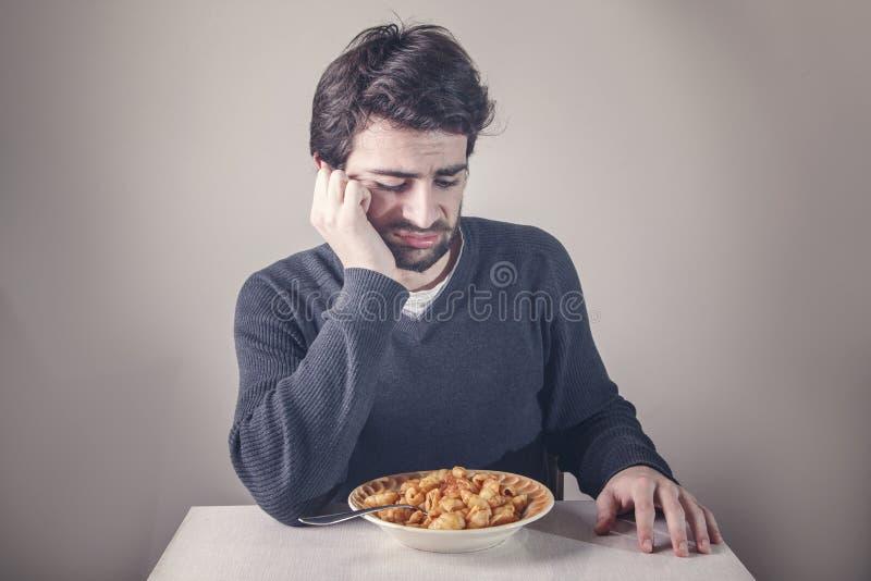 Hombre que tiene aversión la comida fotos de archivo