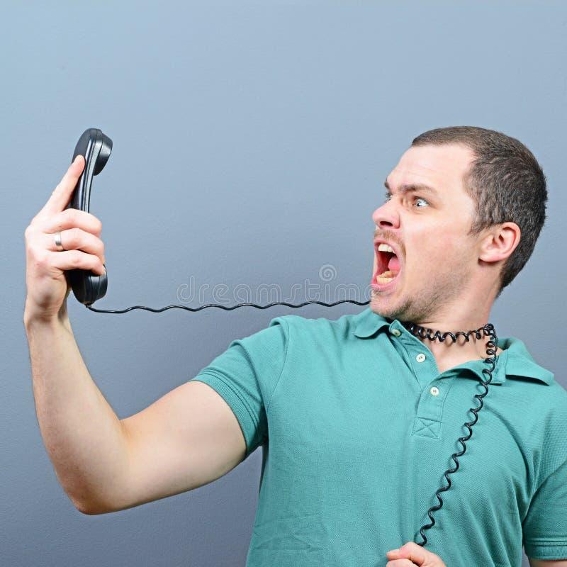 Hombre que tiene conversación desagradable sobre el teléfono imagenes de archivo