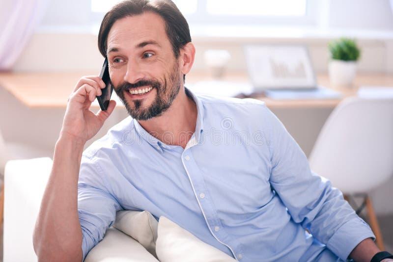 Hombre que tiene conversación sobre el teléfono foto de archivo