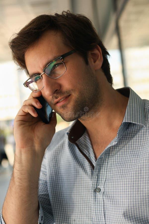 Hombre que tiene conversación telefónica foto de archivo libre de regalías