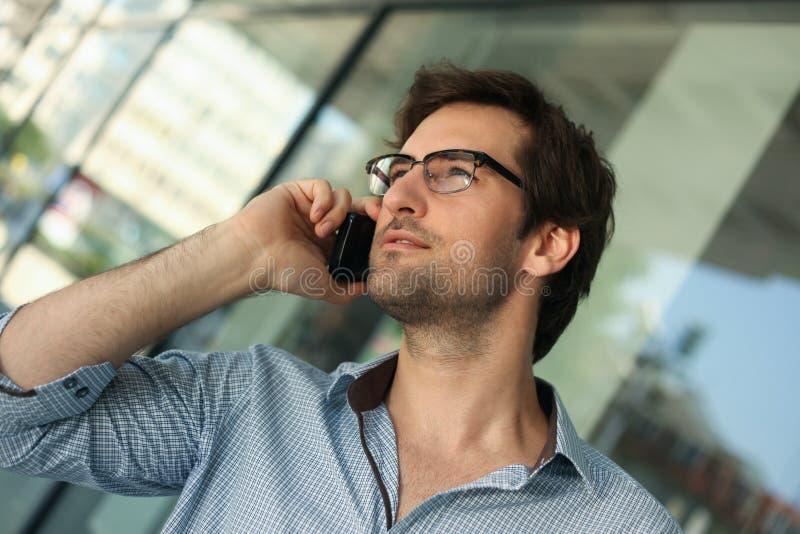 Hombre que tiene conversación telefónica imagen de archivo