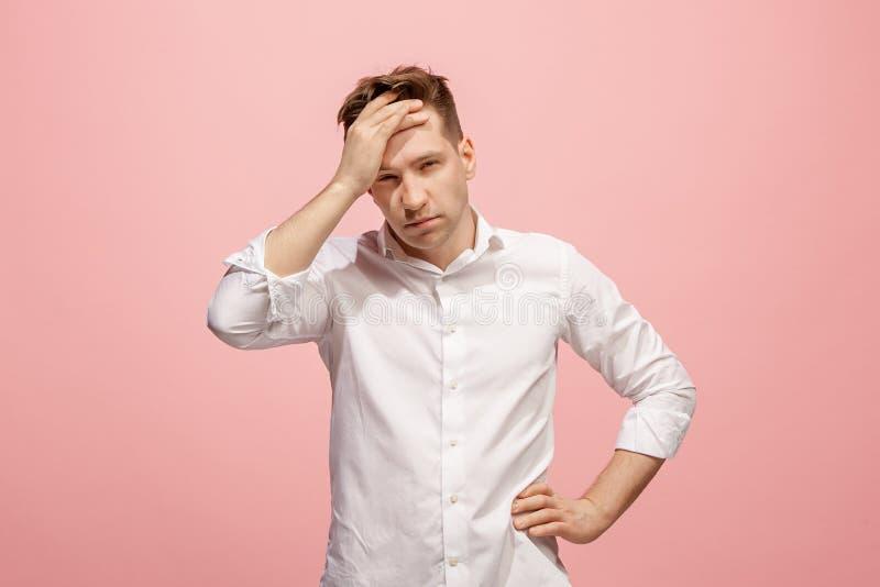 Hombre que tiene dolor de cabeza Aislado sobre fondo rosado fotos de archivo libres de regalías