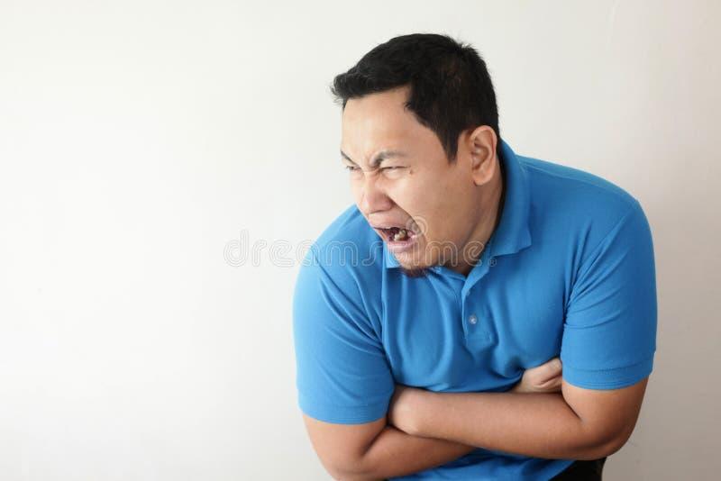 Hombre que tiene dolor de est?mago fotografía de archivo libre de regalías