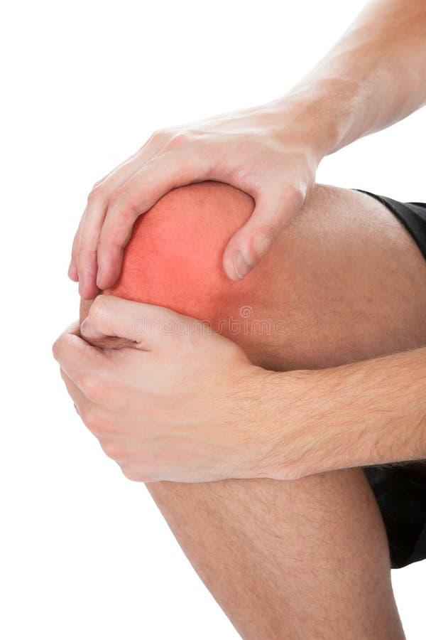 Hombre que tiene lesión de rodilla fotos de archivo libres de regalías