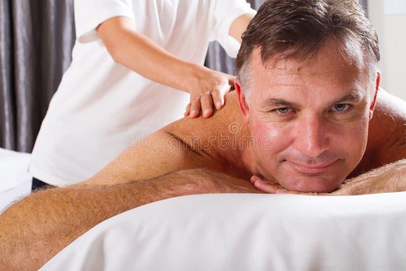 Hombre que tiene masaje imagen de archivo libre de regalías