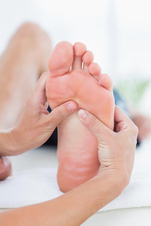 Hombre que tiene masaje del pie imagen de archivo