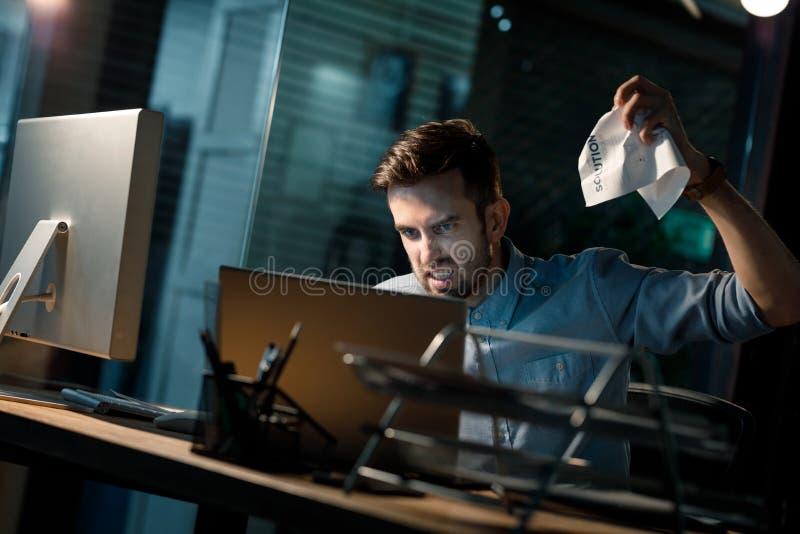 Hombre que tiene problemas con el ordenador portátil imagen de archivo