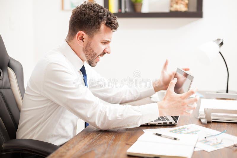 Hombre que tiene problemas con su ordenador fotos de archivo