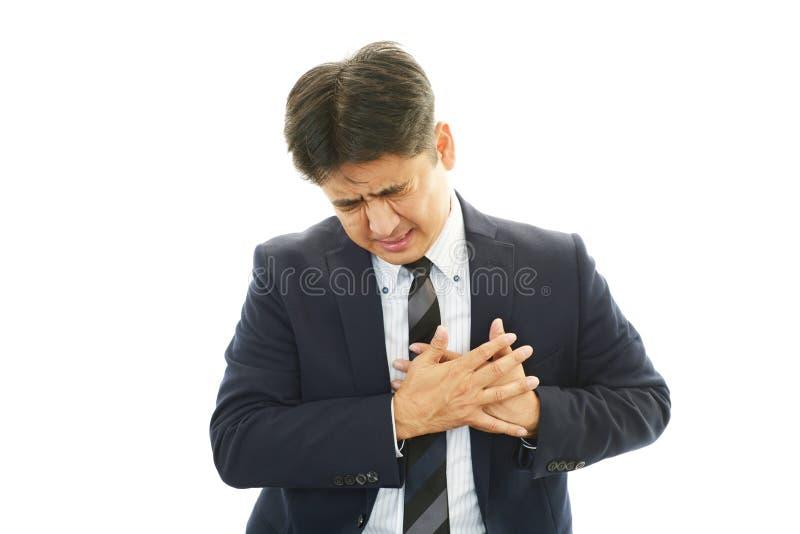Hombre que tiene un ataque del corazón imágenes de archivo libres de regalías