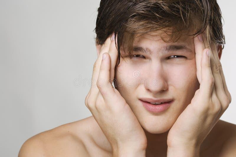 Hombre que tiene un dolor de cabeza fotografía de archivo