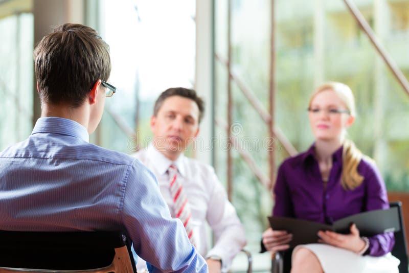 Hombre que tiene una entrevista con el encargado foto de archivo