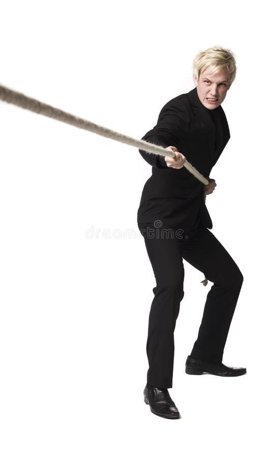 Hombre que tira de una cuerda imagen de archivo libre de regalías