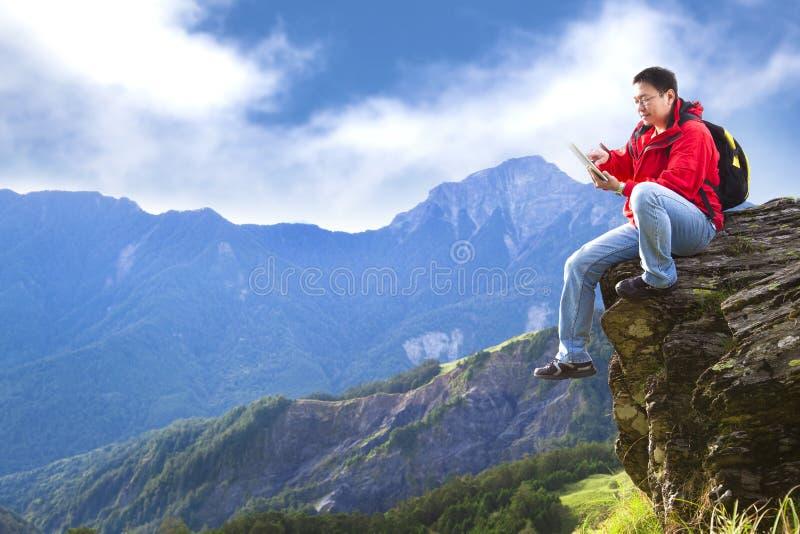Hombre que toca con PC de la tablilla imagenes de archivo
