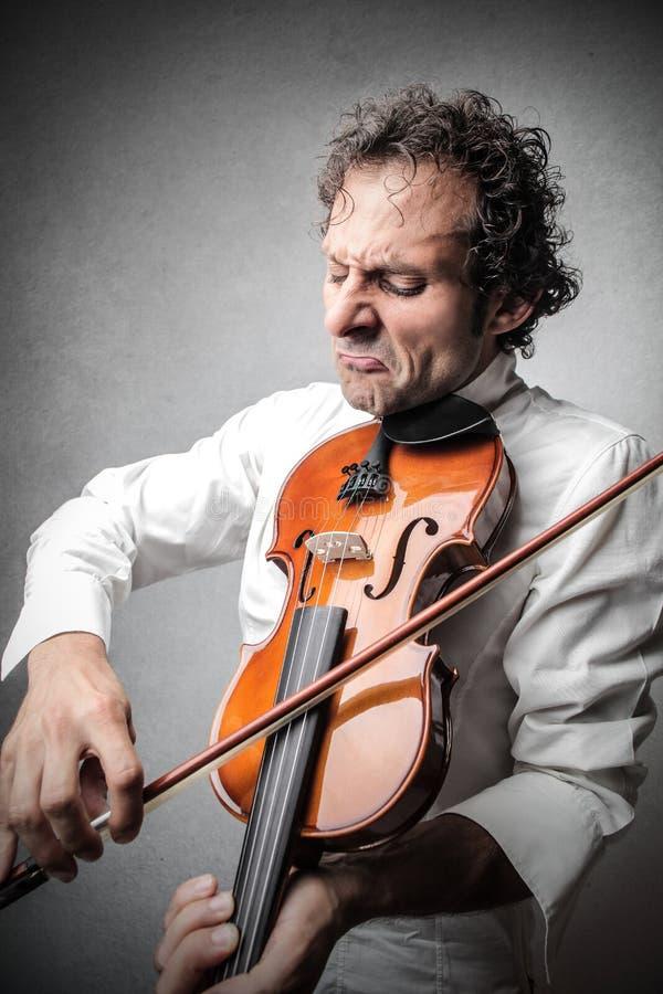 Hombre que toca el violín imágenes de archivo libres de regalías