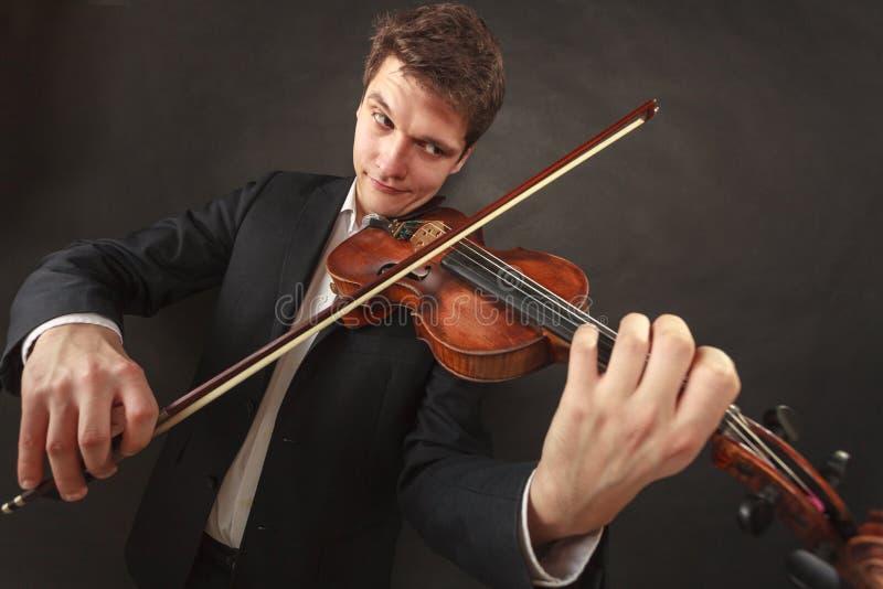 Hombre que toca el violín que muestra emociones y expresiones fotos de archivo libres de regalías